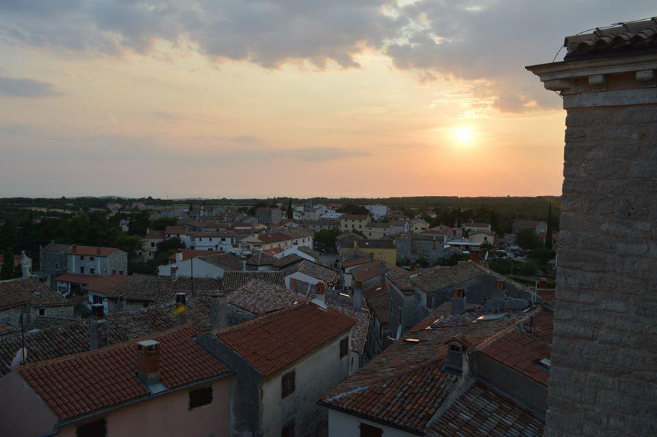 Prekrasni baljanski krovovi pod zalaskom sunca